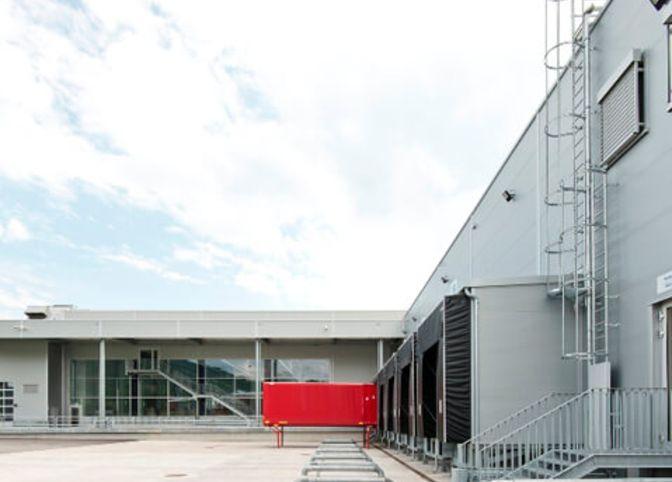 Produktionsstätte mit Hochregal und Verwaltung